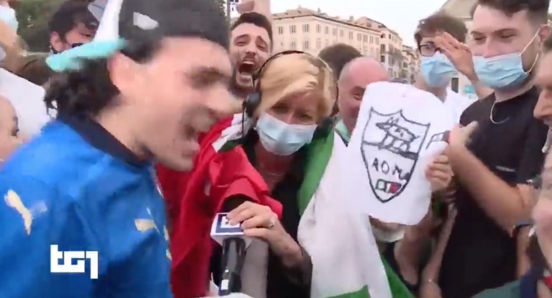 Il fuoriprogramma in diretta al Tg1 dopo Italia Galles, la festa dei tifosi azzurri travolge la giornalista Rai – Il video