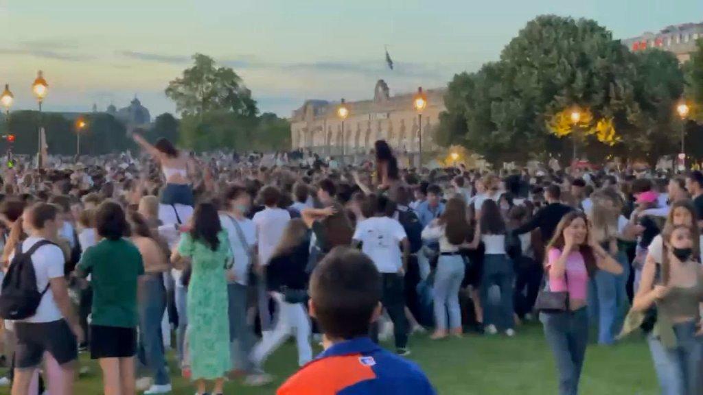 Francia, altra maxi festa a Parigi contro le regole Covid. La polizia interviene con gas lacrimogeni – I video