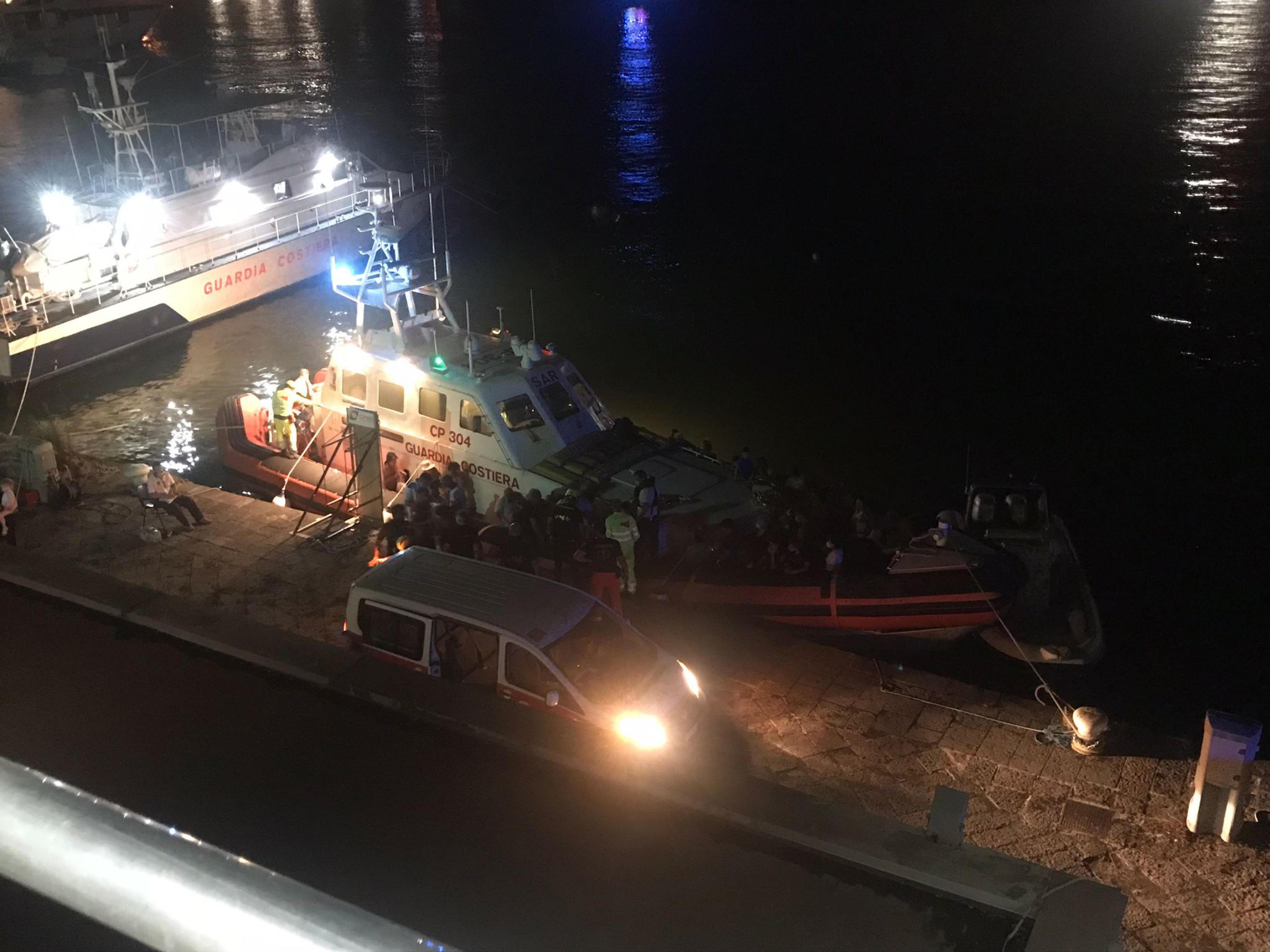 Brucia la Sicilia, inferno vicino Catania: evacuate oltre 150 persone via mare  – Il video