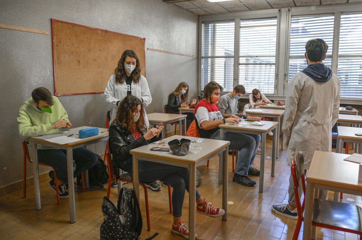 Green pass obbligatorio per gli insegnanti| l'ipotesi del Cts sul rientro a scuola. Senza vaccino | serve il tampone