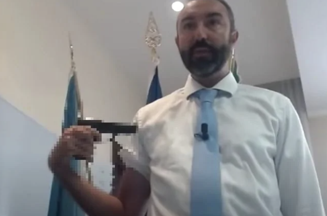 La sparata No vax dell'ex grillino Barillari, in Regione con la pistola: «Il vaccino è una roulette russa» – Il video