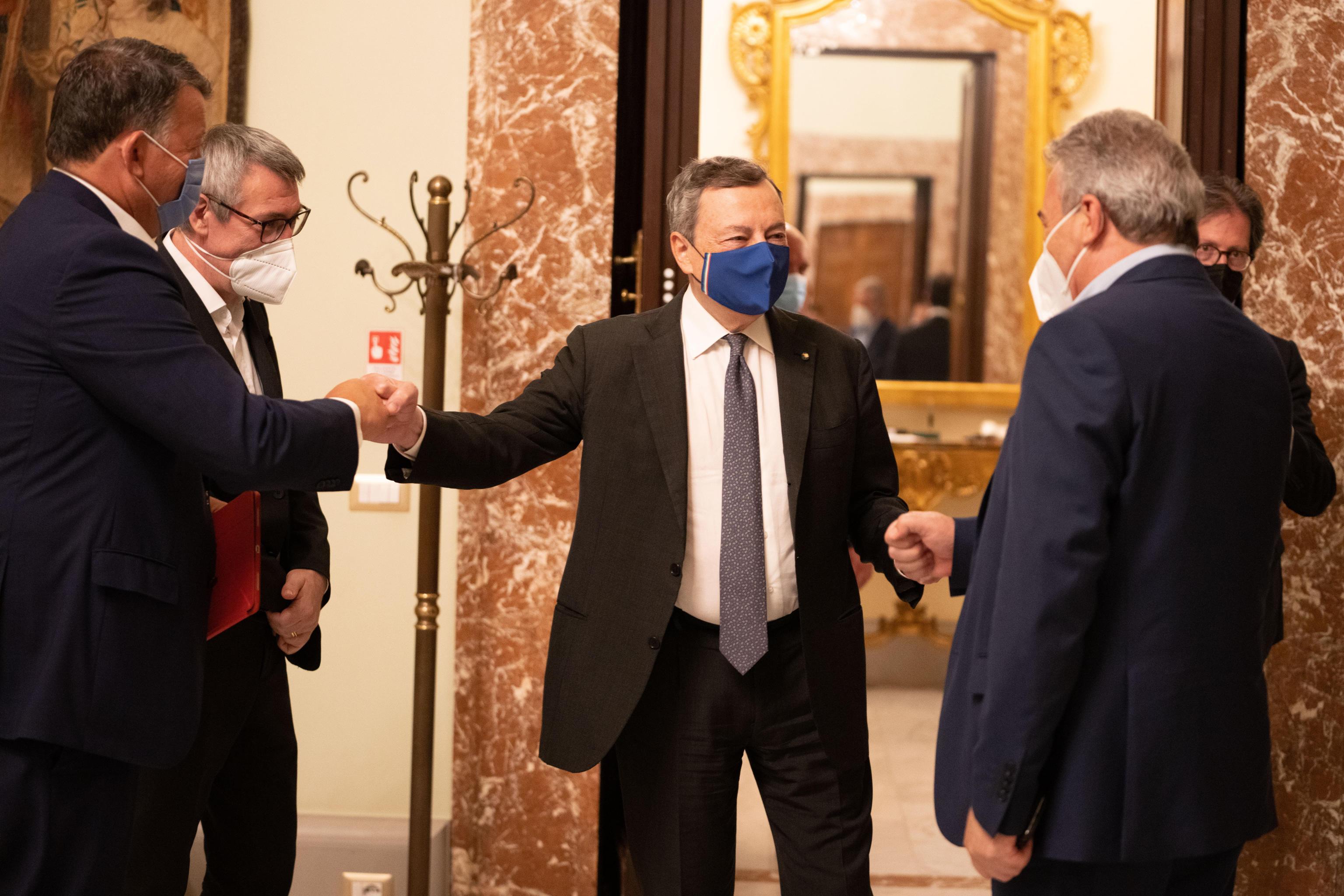 Draghi incontra i sindacati, Landini: «Il Green pass non diventi strumento per licenziare» – Il video
