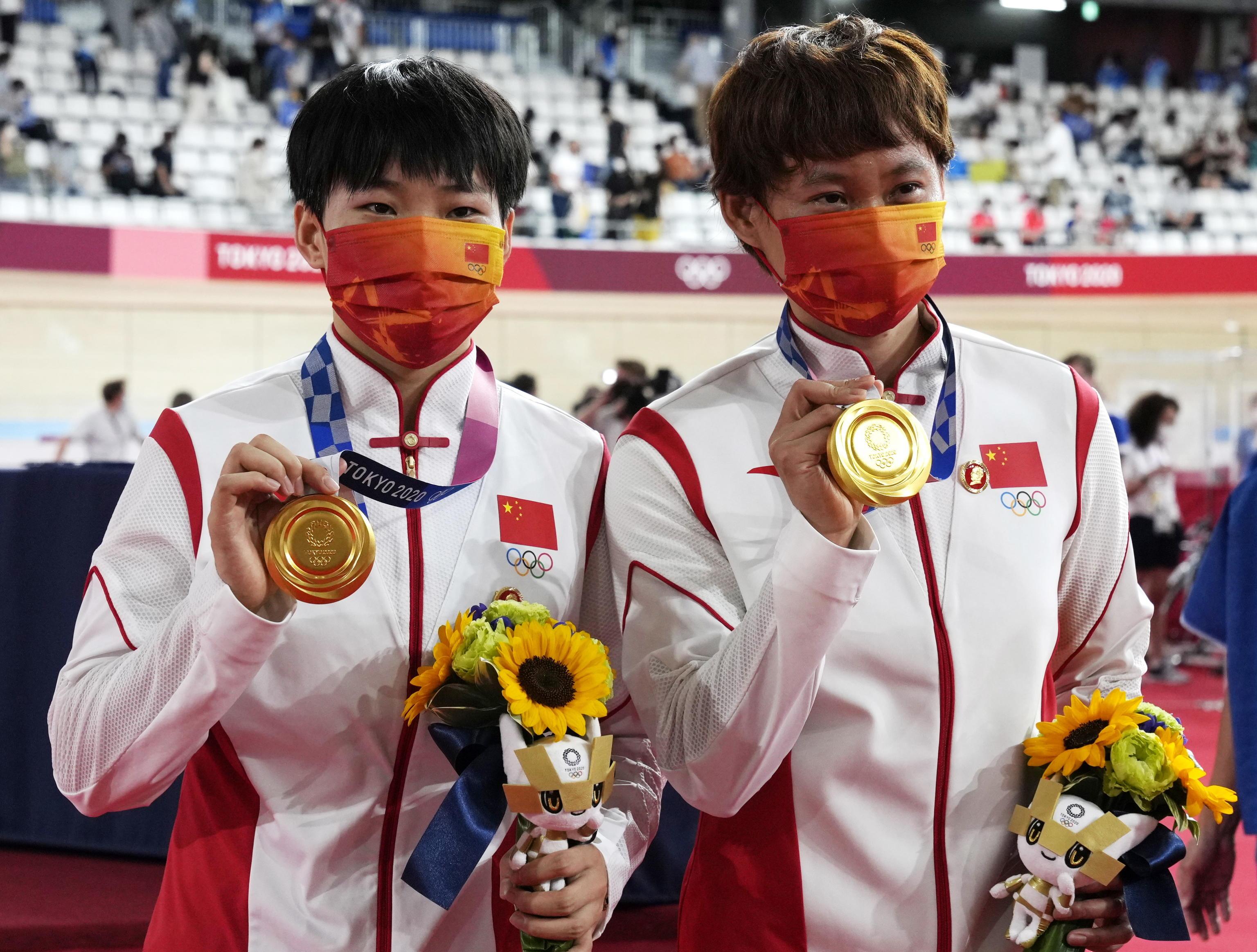 Tokyo 2020, le atlete cinesi sul podio con la spilla di Mao. Il Cio apre un'inchiesta
