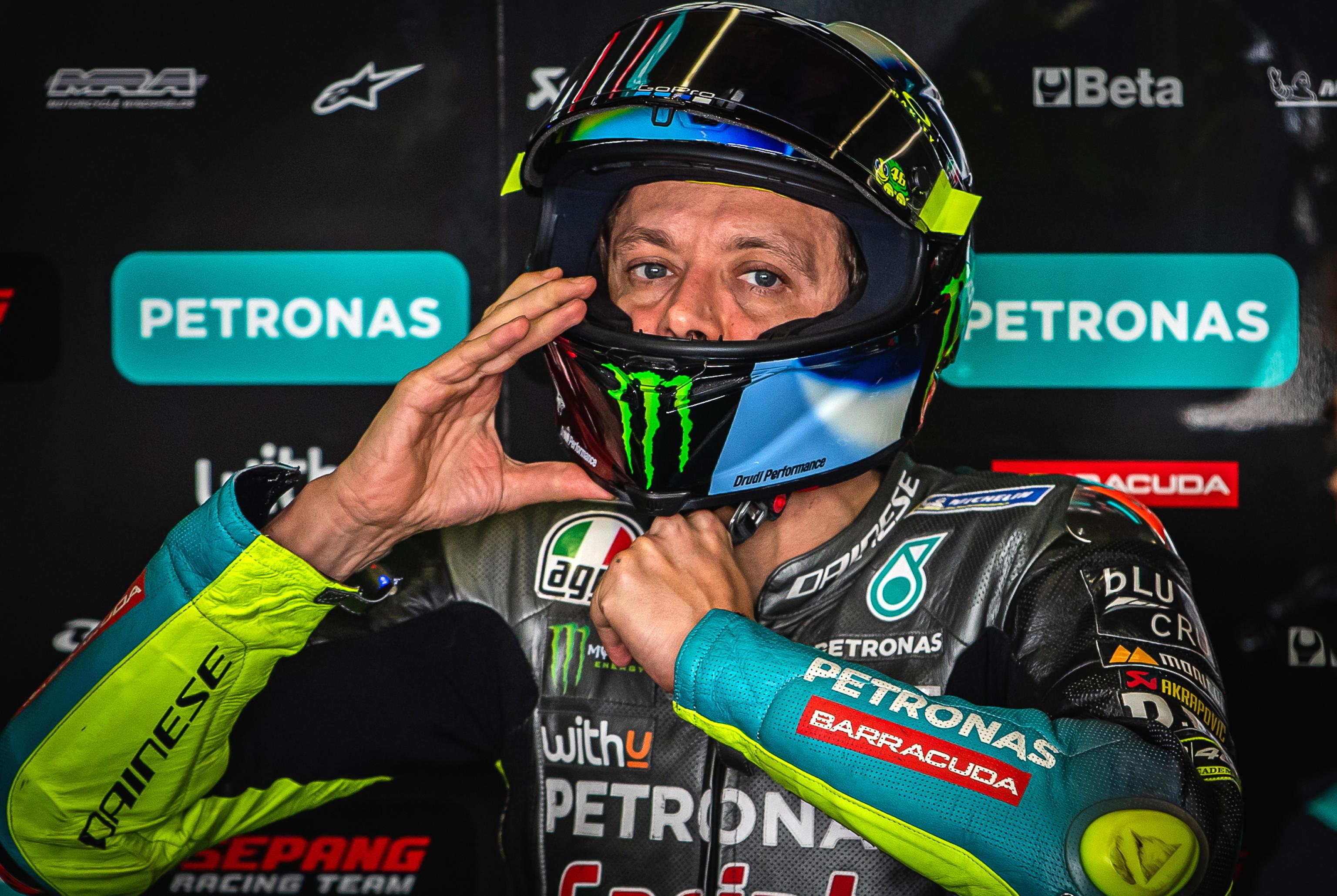 Valentino Rossi si ritira, il Dottore spegne la moto a fine 2021: «Momento triste e difficile»
