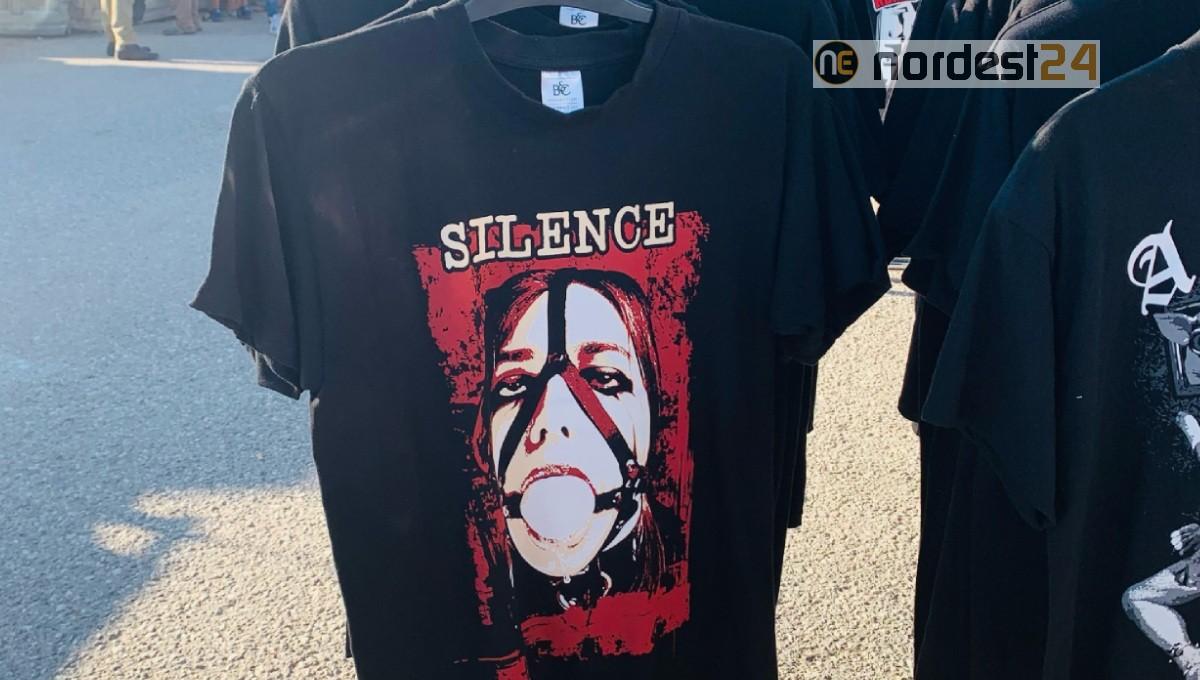 Lignano, polemica al Bikerfest per le magliette contro le donne. Le consigliere regionali: «Disgustate»