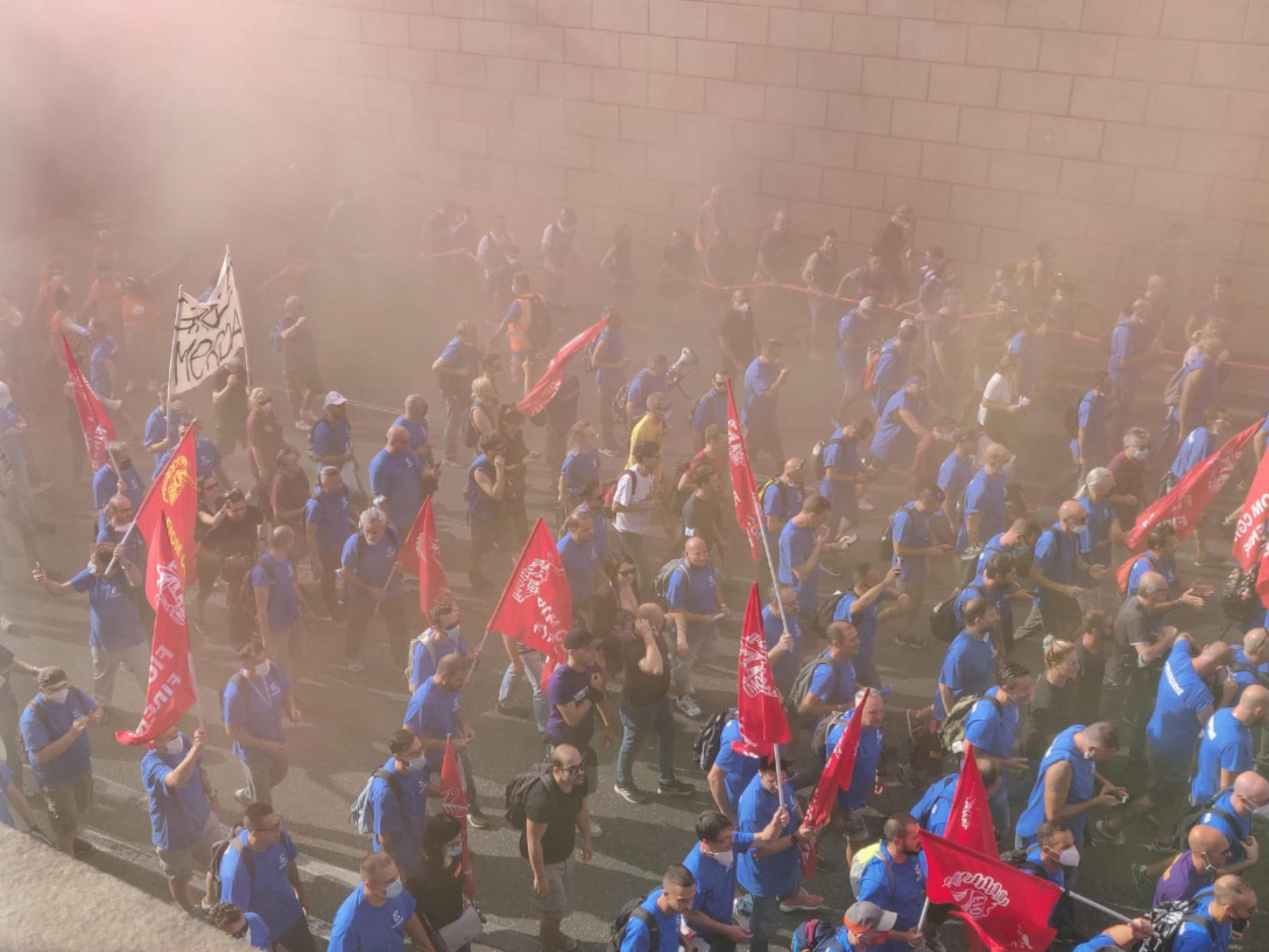 Campi Bisenzio, migliaia di persone in strada per sostenere gli operai della Gkn. Lo striscione in testa: «Insorgiamo» – Il video