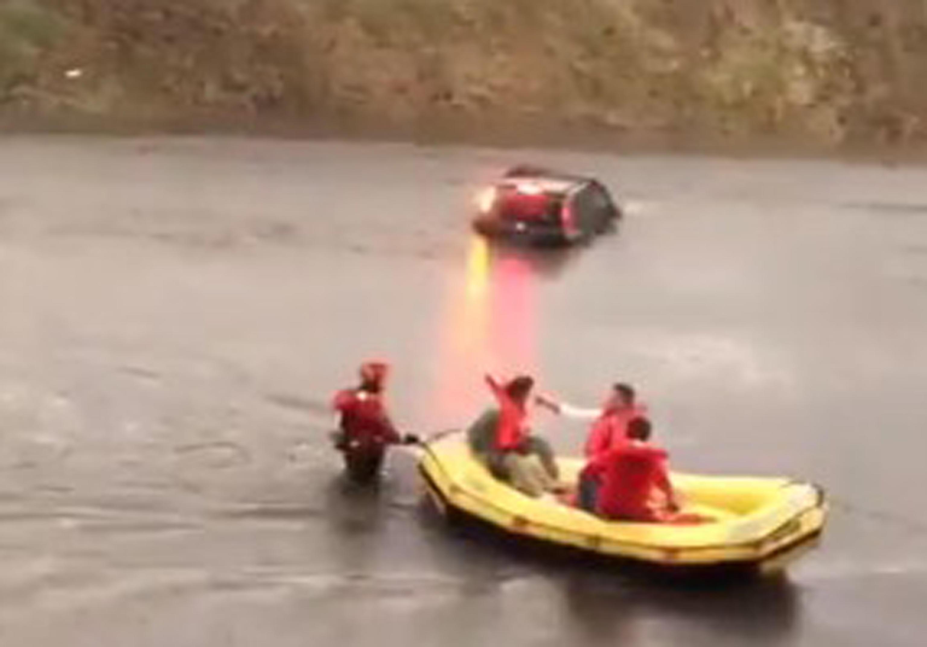 Nubifragio a Malpensa, i Vigili del fuoco usano i gommoni per salvare gli automobilisti – Il video