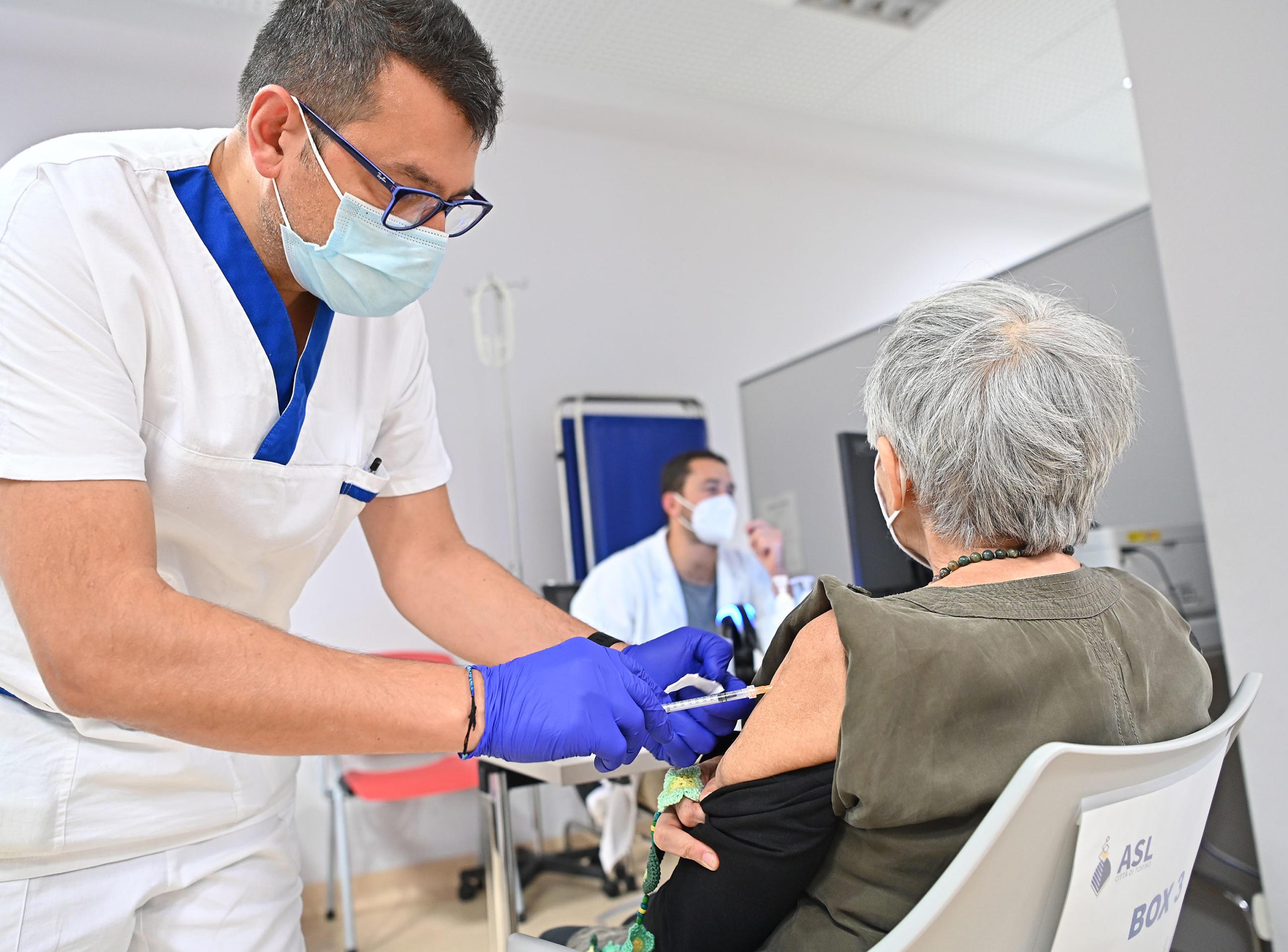 Il déjà vu della pandemia, gli scienziati ora si dividono sulla terza dose. Ricciardi: «Per tutti e periodica». Popoli (Aifa) frena