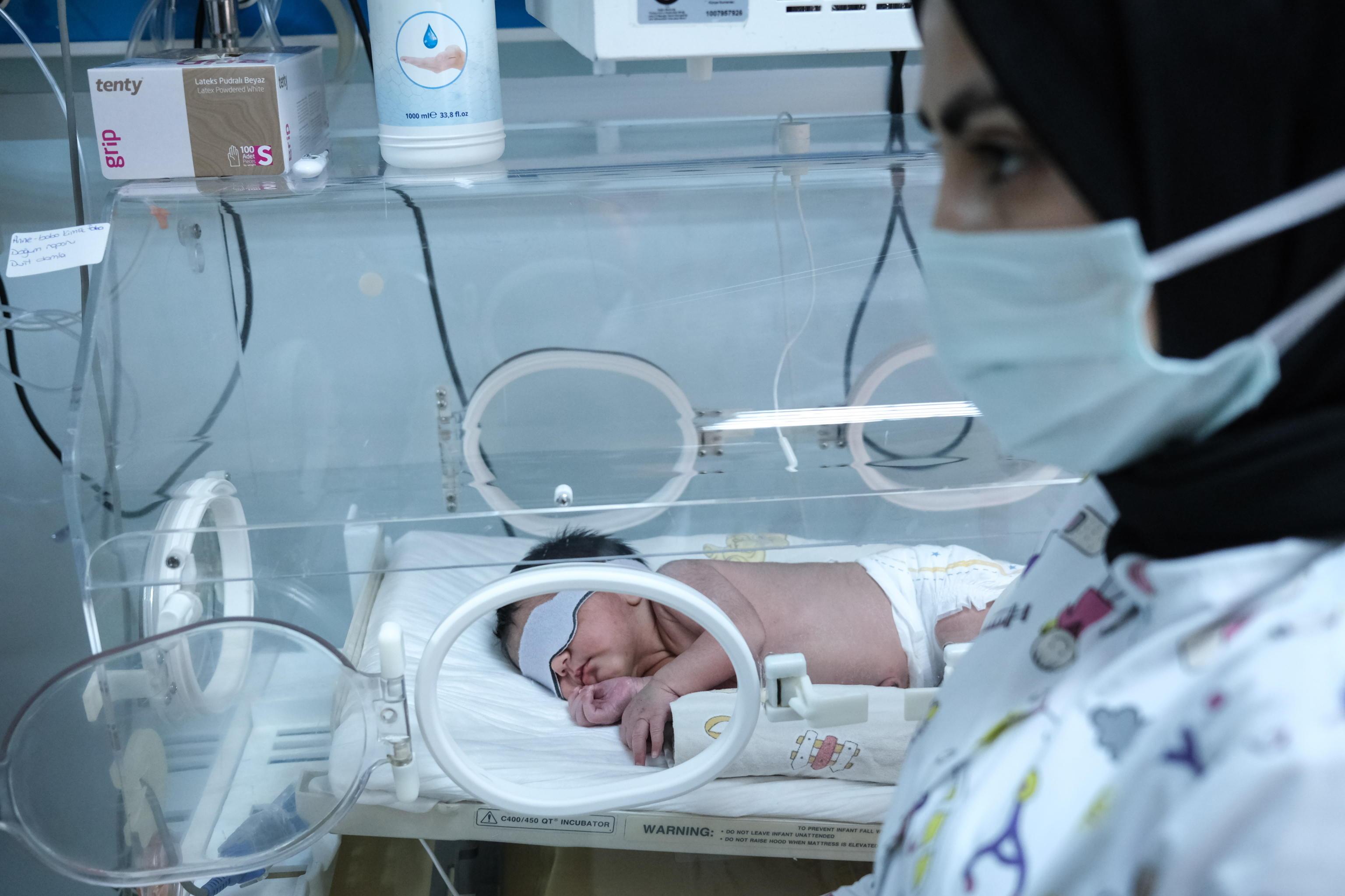 In terapia intensiva un neonato di 15 giorni. La madre positiva non si era voluta vaccinare