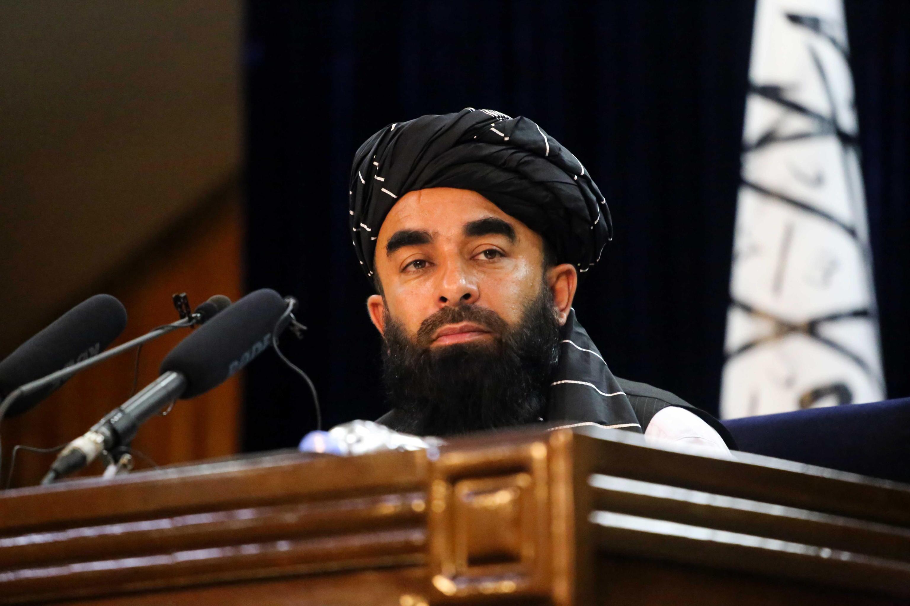 Il portavoce dei talebani ci riprova: «Le donne torneranno a scuola. Lo stop ora è per proteggerle» – Il video