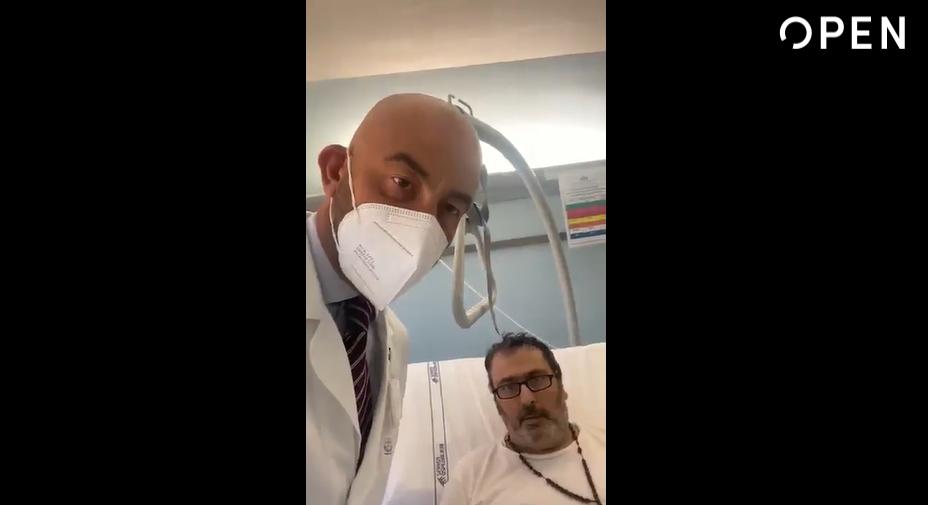 Bassetti pubblica l'appello di un suo paziente No vax: «Il Covid non è uno scherzo. Tornassi indietro, mi vaccinerei subito» – Il video