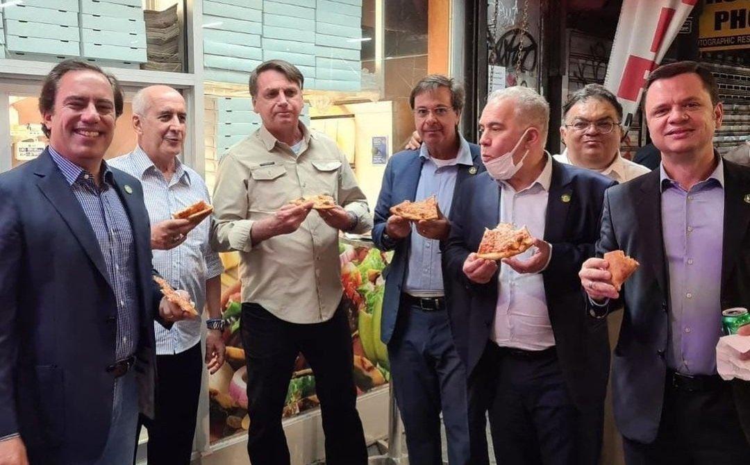 Jair Bolsonaro costretto a mangiare la pizza in strada a New York perché senza Green Pass