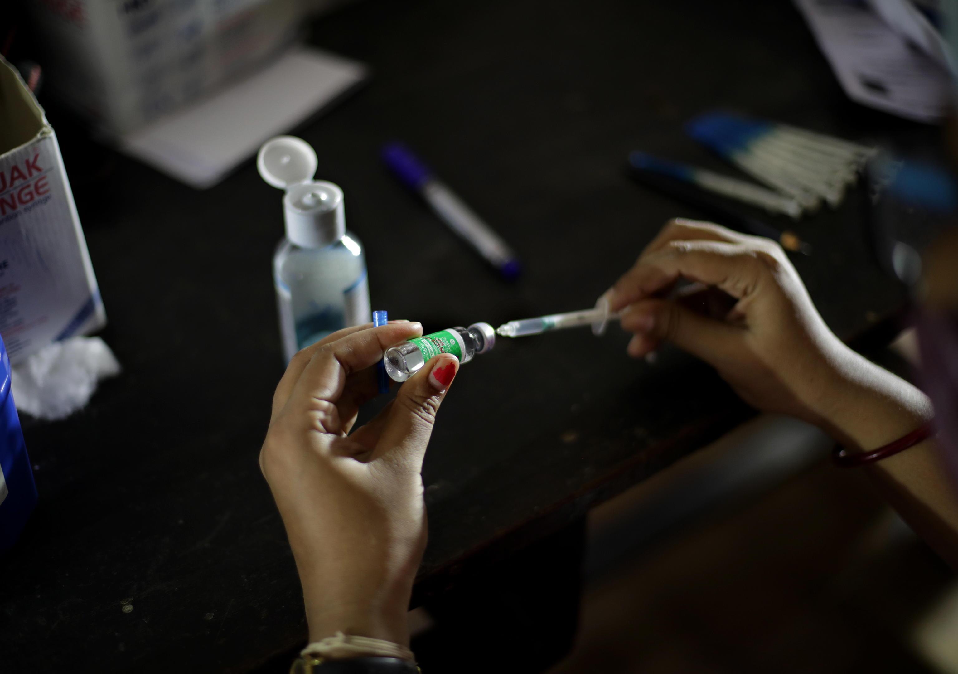 Monitoraggio Gimbe, calano contagi e ricoveri. Ancora allarme over 50: 3 milioni senza nemmeno una dose di vaccino